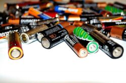 Zużyte baterie – gdzie je wyrzucać? Zasady utylizacji i recyklingu