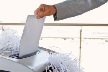 Niszczenie dokumentów biurowych w niszczarce – czy to bezpieczny i skuteczny sposób?